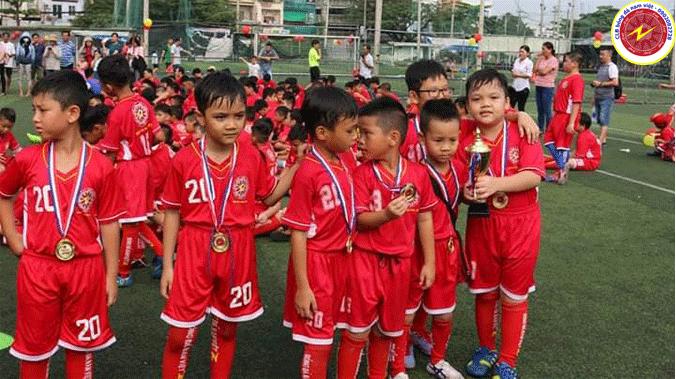 Ba mẹ nên biết khi cho bé học bóng đá